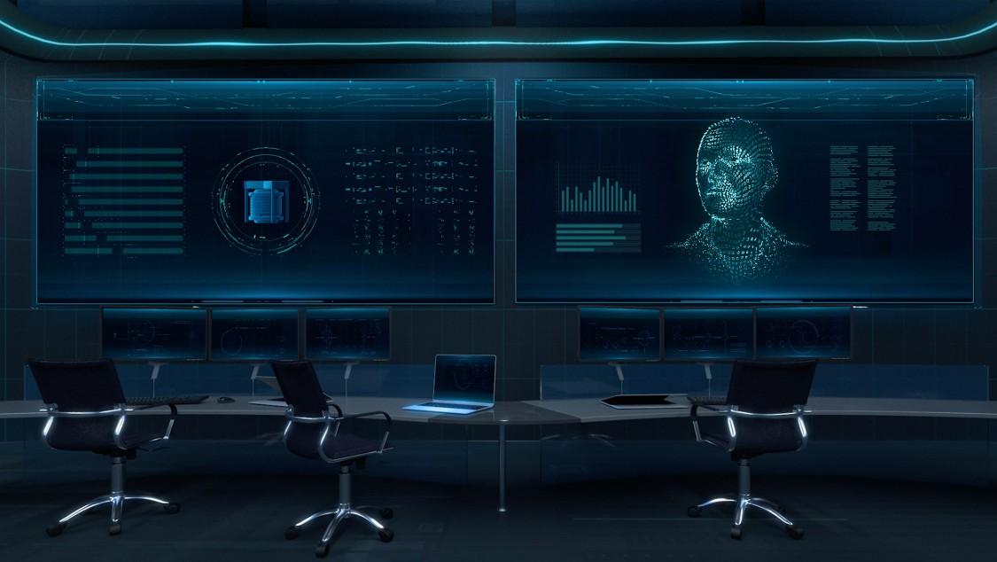 Wir blicken auf eine sehr modern anmutende Leitwarte. Der komplette Raum ist in dunkles Blau getaucht. In der Bildmitte stehen drei leere Büro-Drehstühle vor zwei großflächigen, an der Wand befestigten Displays, auf denen Bildschirminhalte von SIMATIC PCS neo zu sehen sind.