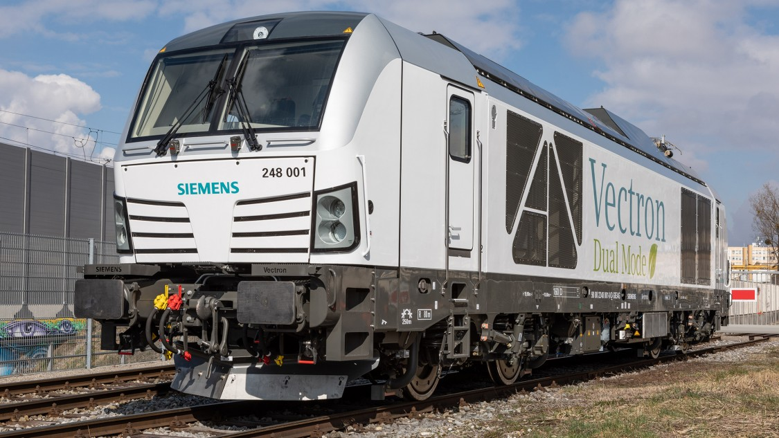 Picture of a Siemens Vectron Dual Mode locomotive on the track in diagonal view.