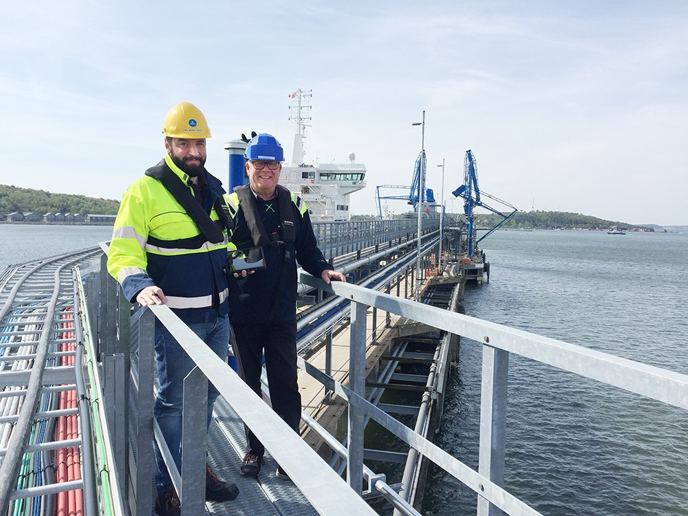 Eric Berndtsson, produktionsplanerare, och Thomas Andersson, projektledare, på en av Göteborgs Hamns produktionskajer, 510/511. Foto: Göteborgs Hamn