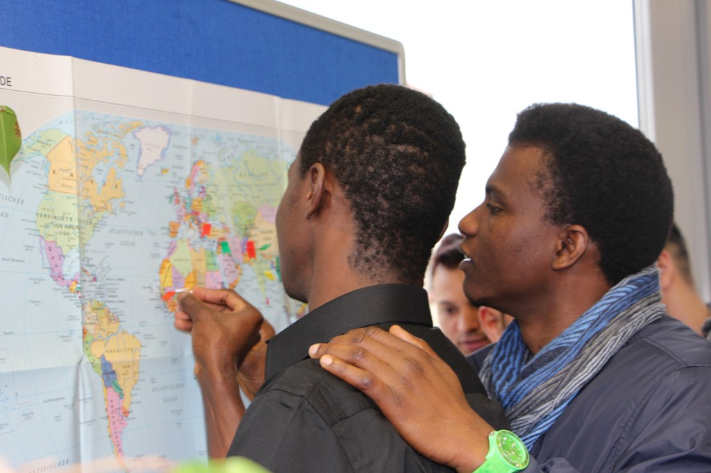 Schüler vor einer Weltkarte