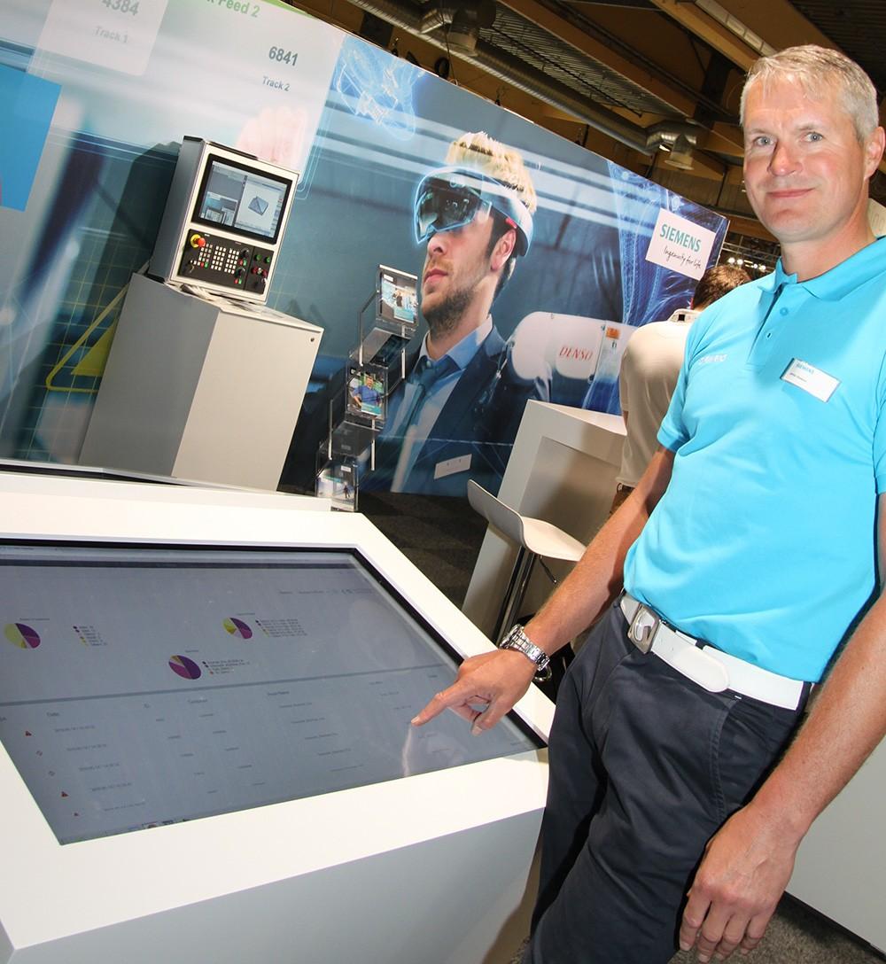 I Siemens monter på Elmia Verktygsmaskiner hade Jerker Åkesson full koll på den uppkopplade maskinen i Lichrons monter.