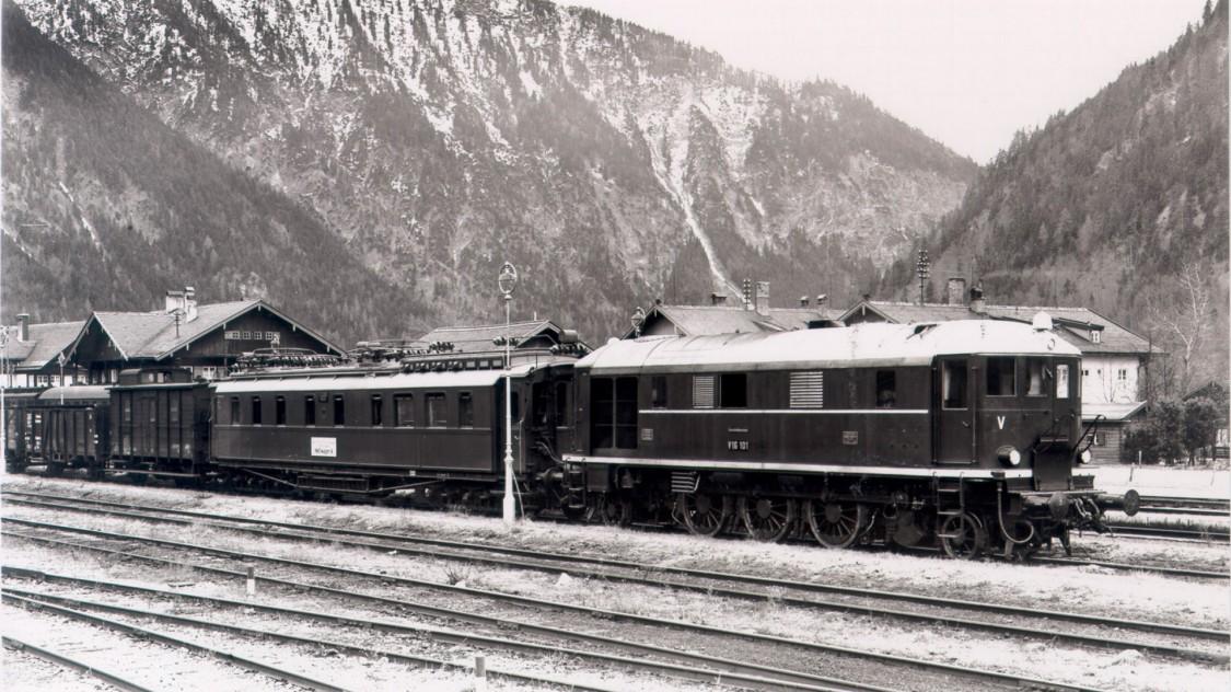 Em 1935, a primeira locomotiva diesel-hidráulica sai das oficinas. A V140 é a primeira aplicação de transmissão hidráulica na faixa de potência acima de 1.000 kW. O design da V140 apontou o caminho para o futuro desenvolvimento de locomotivas diesel.