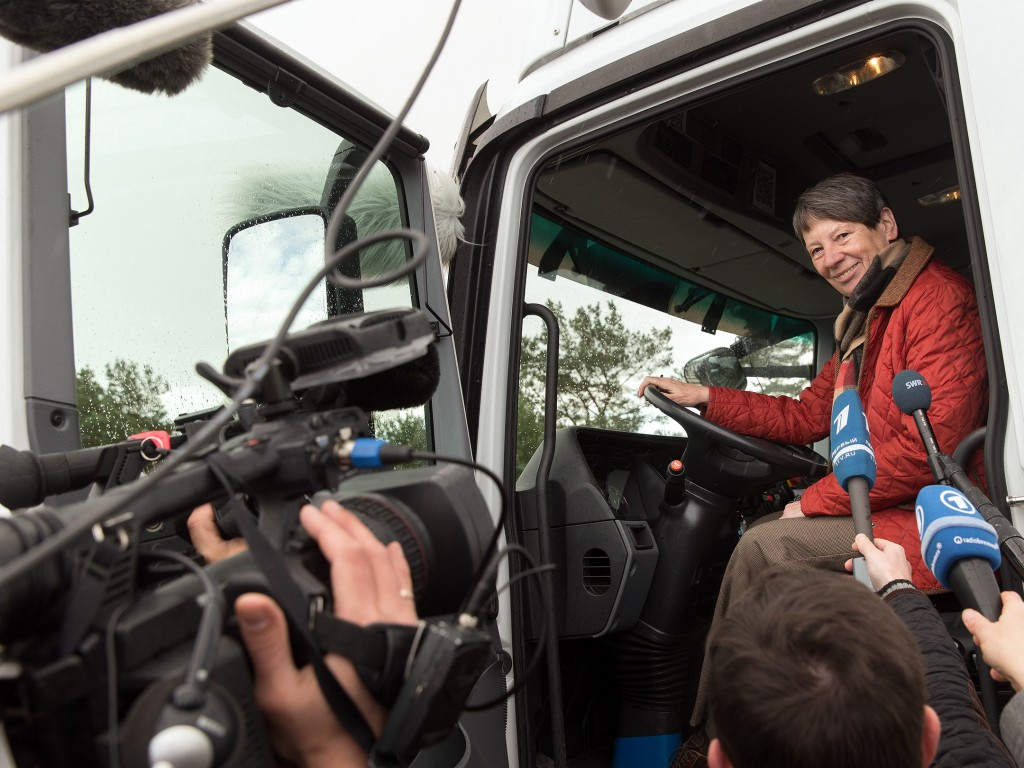 Federal Environment Minister Hendricks tests eHighway