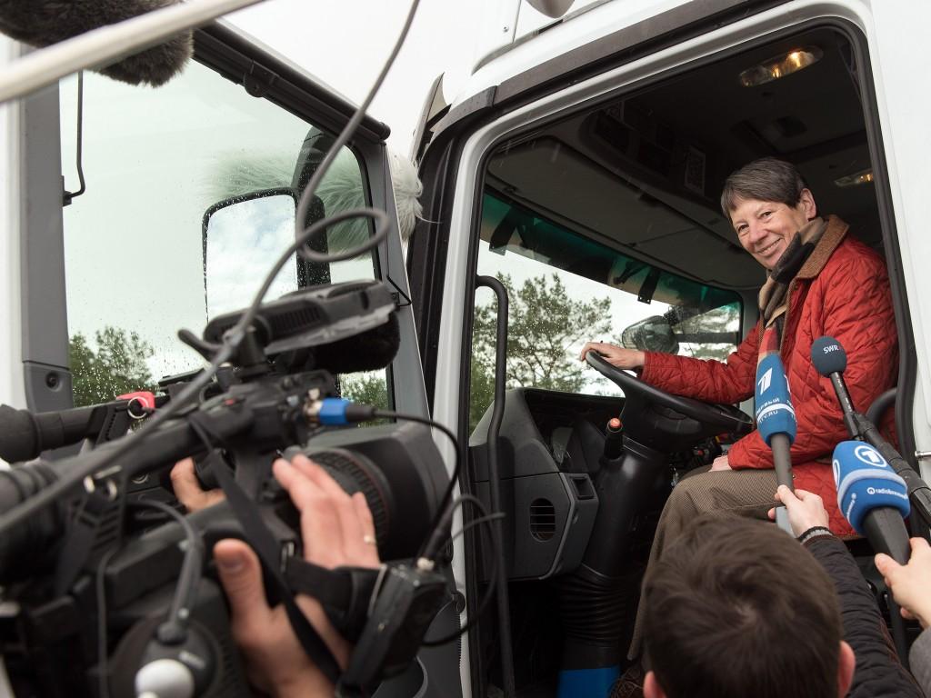 Bundesumweltministerin Hendricks testet eHighway