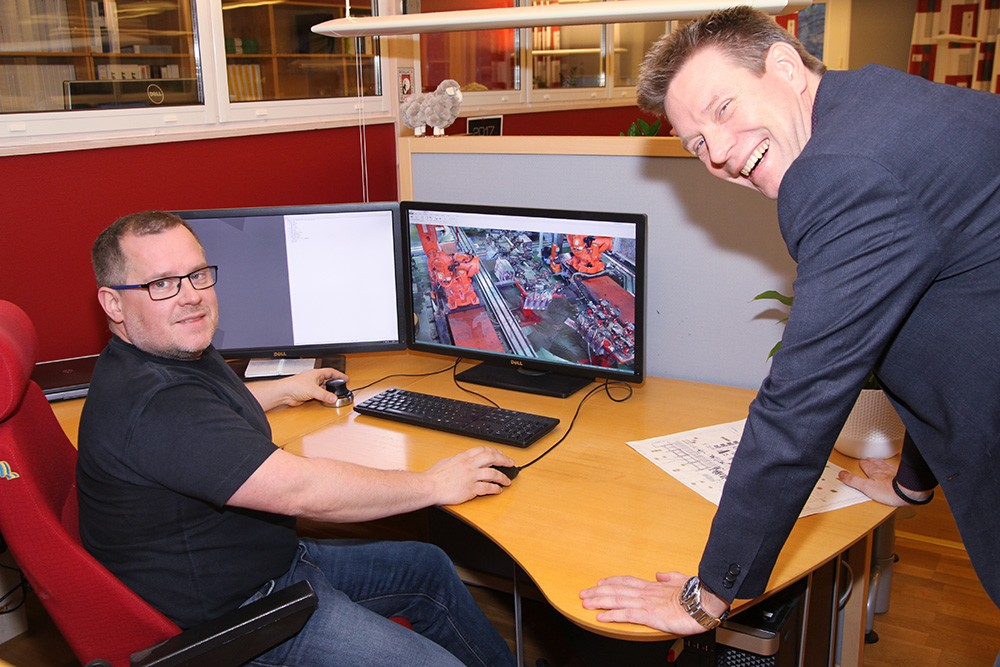 Robert Wyöni, simuleringsingenjör på ÅF-Industry, och Magnus Åberg, försäljningsingenjör på Siemens. I Process Simulate säkerställer Robert mekanik, kinematik, åtkomst för robotar, samverkan mellan robotar och deras banor, att kollisioner undviks och att hela processen fungerar i produktionscellen.