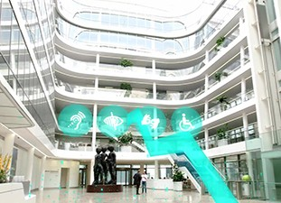 The image shows the entrance of the Siemens Headquaters in Munich