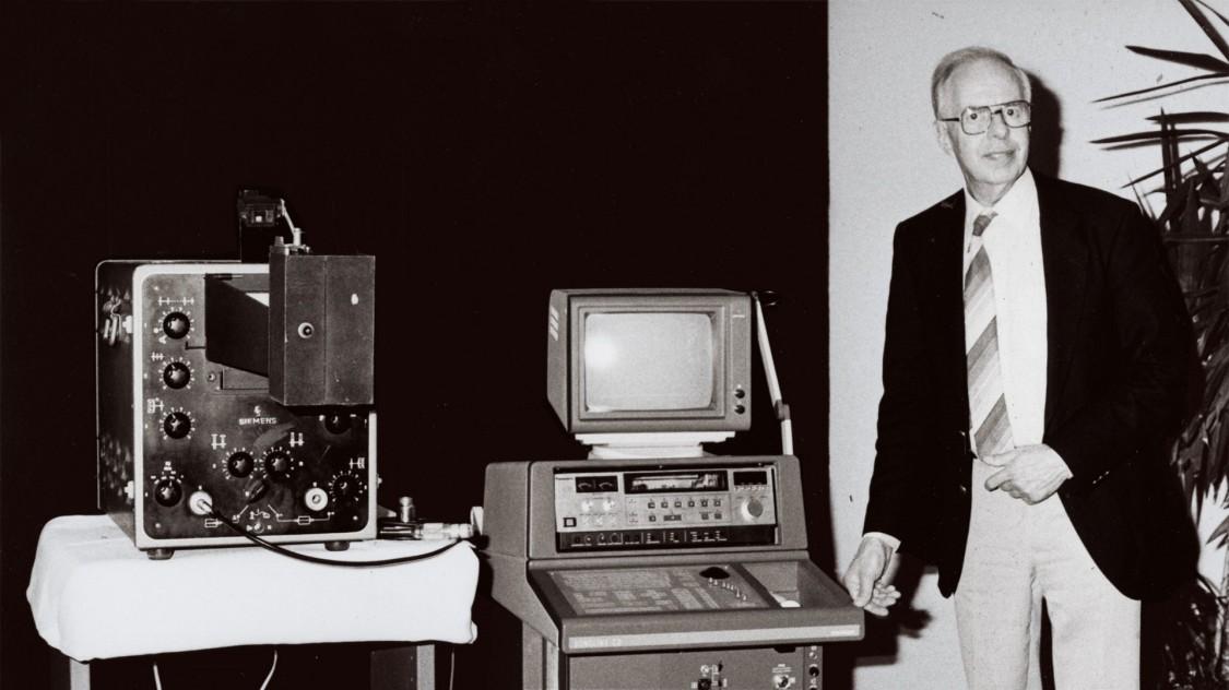 Карл Гельмут Герц з рефлектоскопом 1953 року (ліворуч) і апаратом «Сонолайн» (Sonoline) (праворуч), 1985 рік