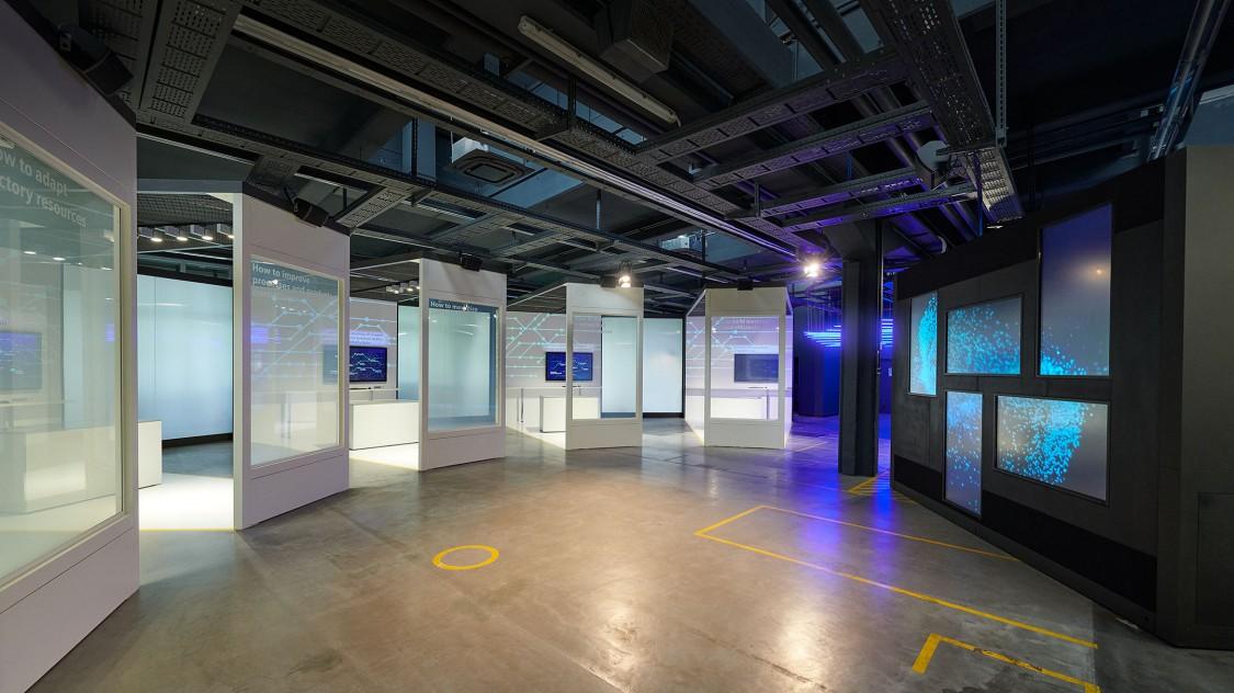 Themenräume und Bildschirmwand in der Arena der Digitalisierung.