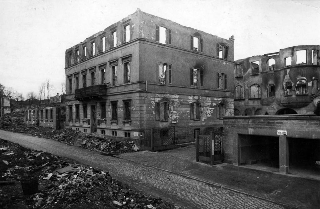 Zerstörte Geschäftsstelle 1944
