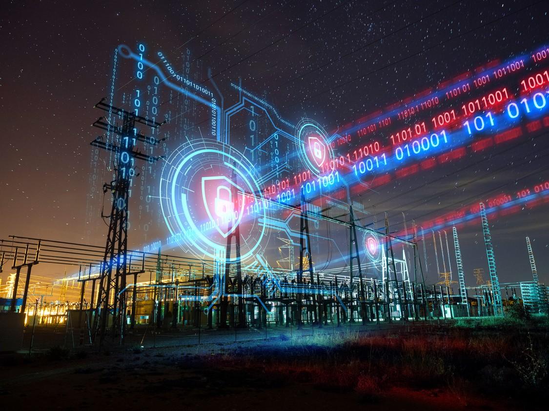 Ein Bild von elektrischen Stromleitungen ist überdeckt mit digitalen grafischen Elementen, die Cybersecurity für Infrastrukturnetzwerke repräsentieren.