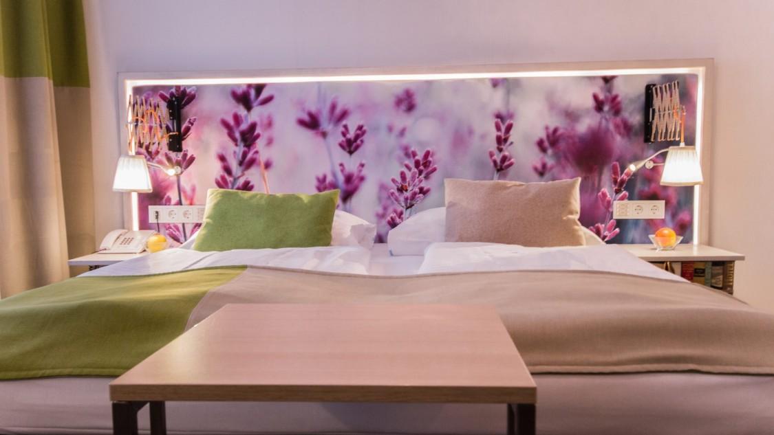 Schlafen unter Blumen: Das Thema Nachhaltigkeit ist auch in den Zimmern des Boutiquehotels Stadthalle präsent.