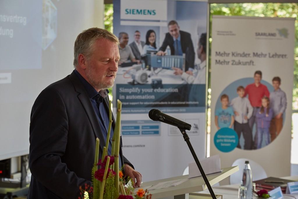 Ulrich Commercon hält eine Rede