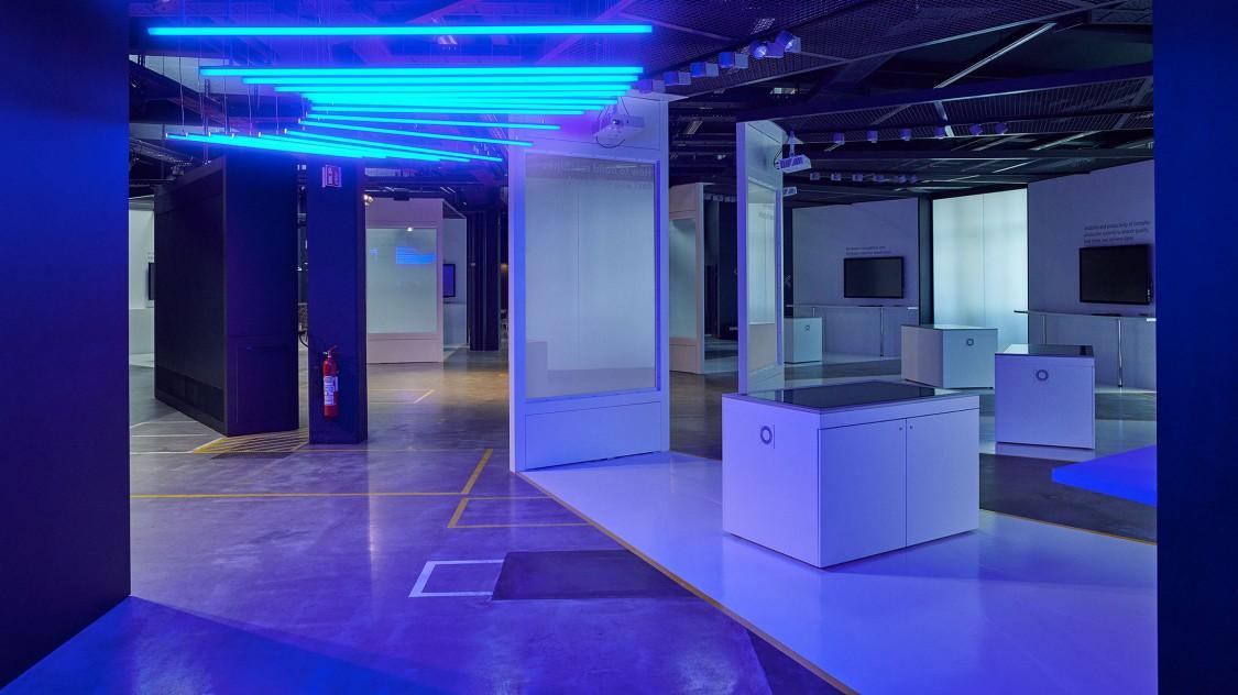 Blick in die Arena der Digitalisierung, ausgeleuchtet durch blaue Neonröhren an der Decke.