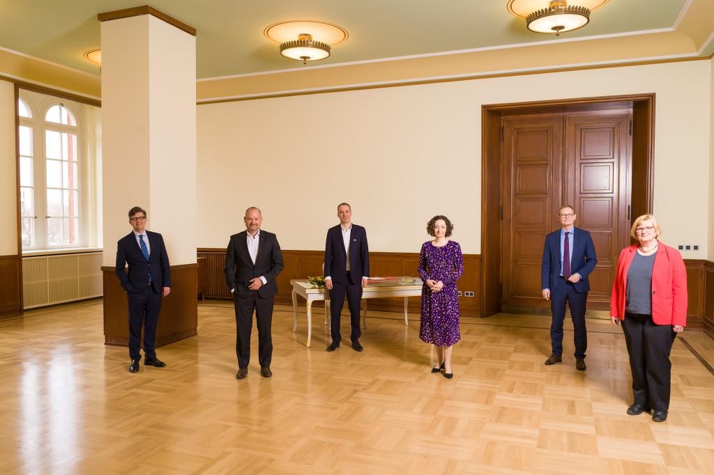 F.l.t.r.-Eckart-von-Klaeden-Head-of-Daimler-AGs-External-Affairs-unit-Jorg-Burzer-Cedrik-Neike-Senator-Ramona-Pop-Michael-Muller-Governing-Mayor-of-Berlin-District-Mayor-Angelika-Schottler.jpg