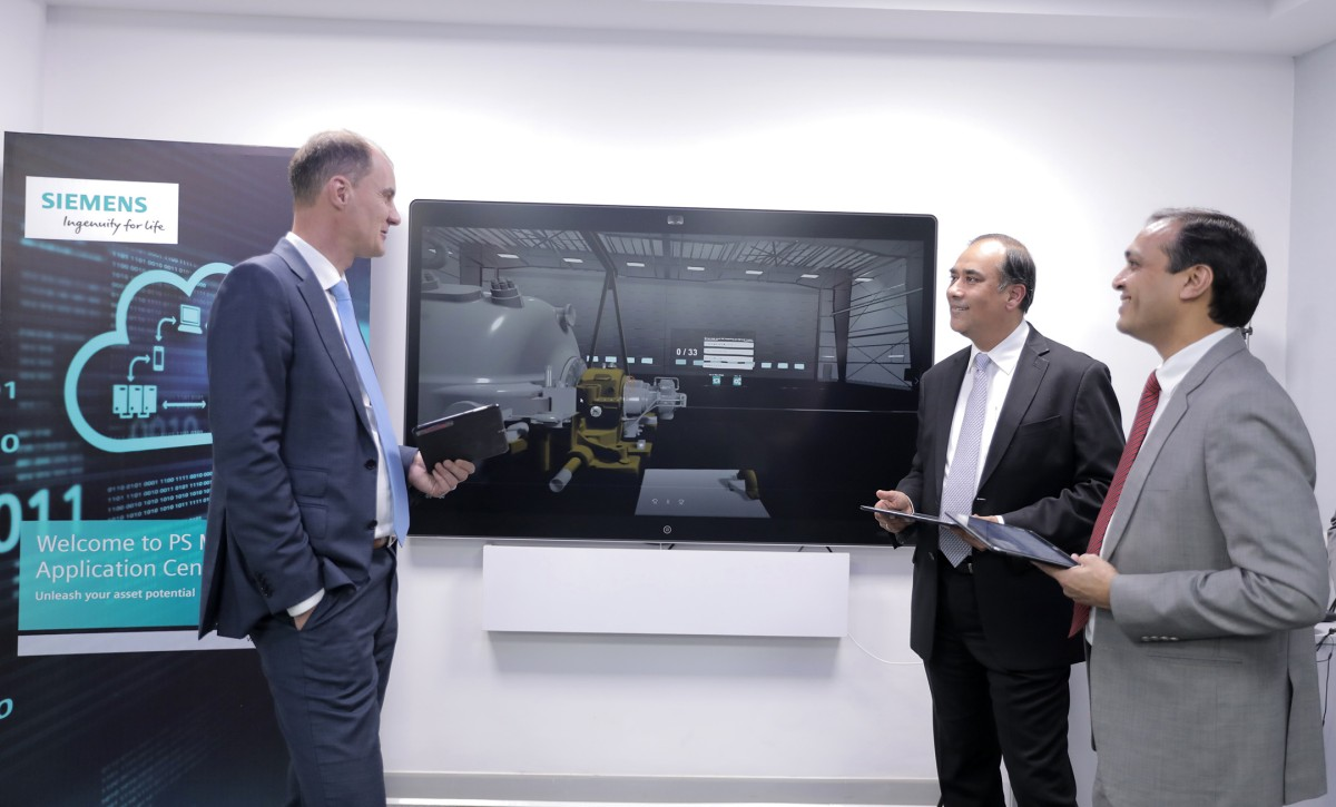 Siemens' Power Generation Services CEO Tim Holt,  Sunil Mathur, MD & CEO, Siemens Ltd. in India; and Prashant Jain, Head of Power Generation Services, Siemens Ltd. open the new MindSphere Application Center in India