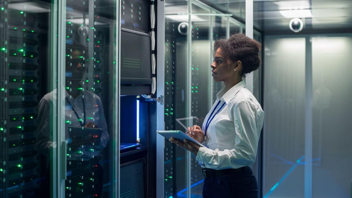 Une femme dans un data center