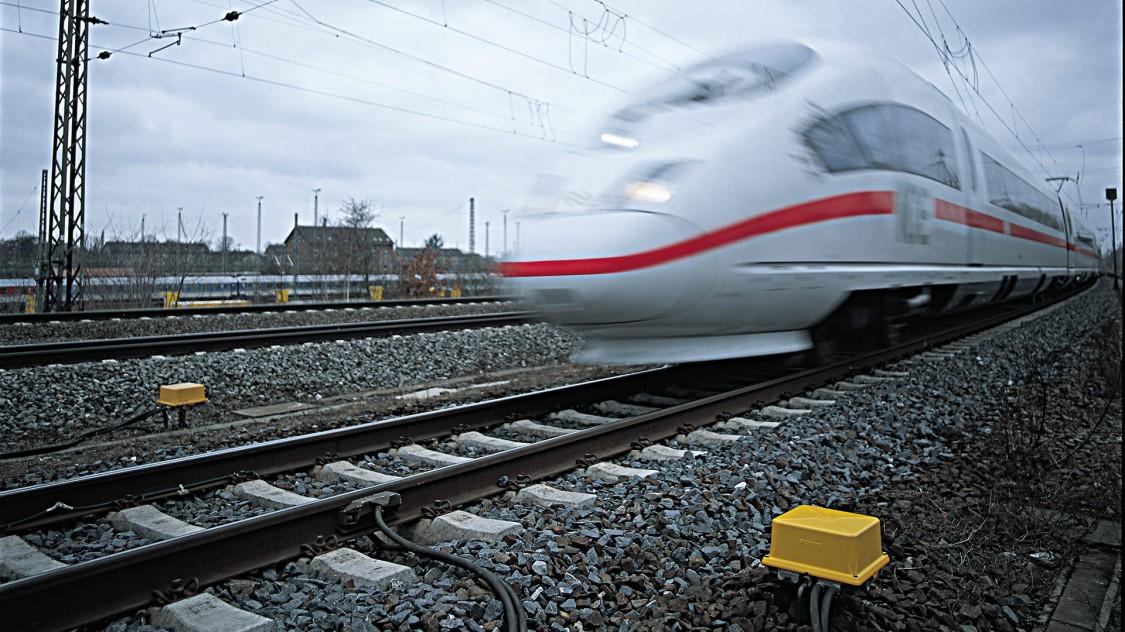 Deutsch Bahn fährt an einem Achselzählsystem vorbei