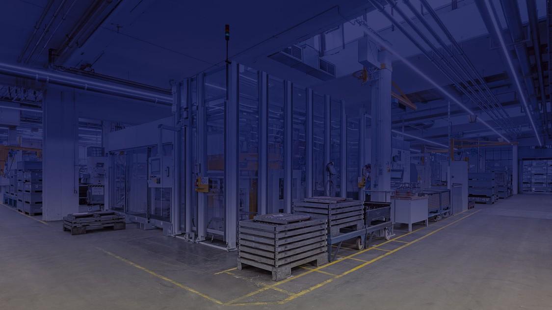 Auf einem blau eingefärbten Foto der Fertigung, die direkt an die Arena der Digitalisierung anschließt, sind einige Werkstücke zu sehen.
