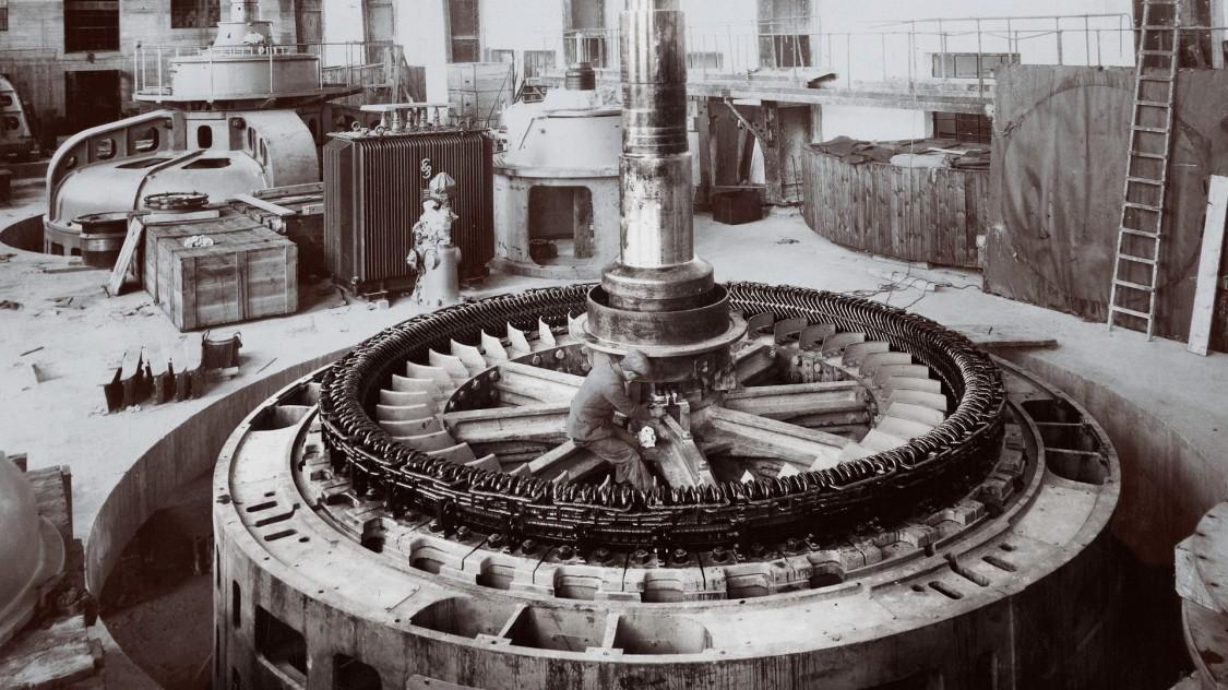 Установка ротора генератора на гидроэлектростанции «Арднакруша» на реке Шеннон, 1929 год