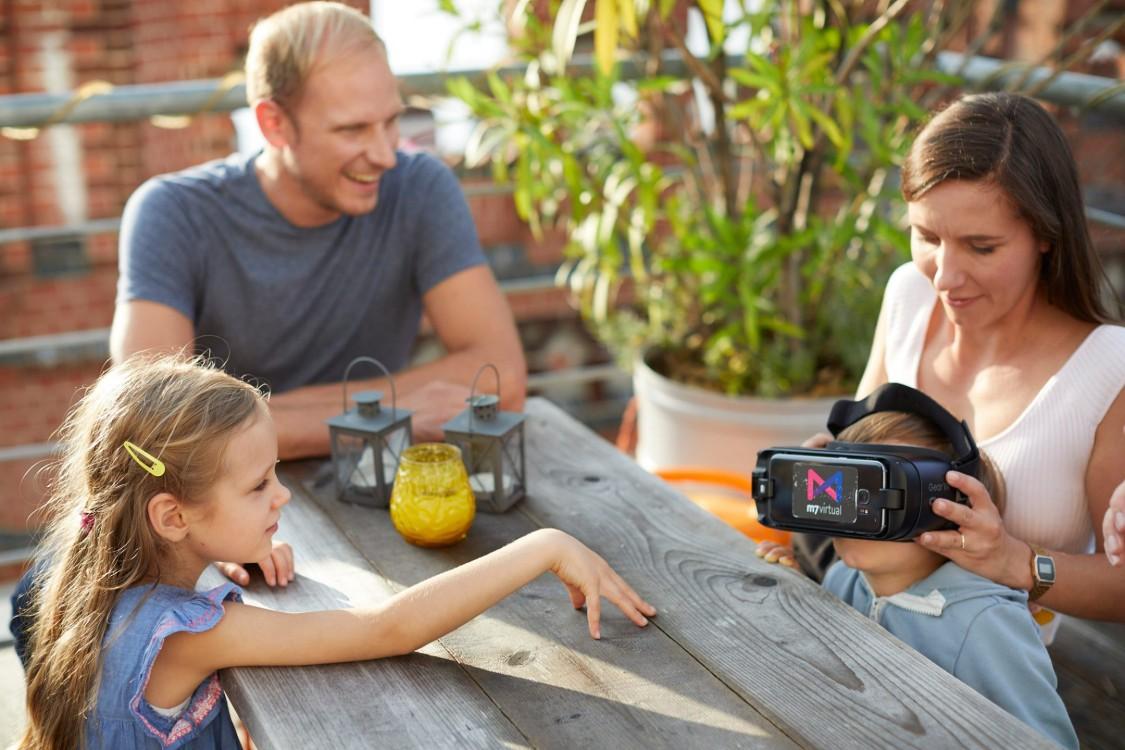 Willkommen in der Welt von morgen: Claus Cremers zeigt seinen Kindern die neuste VR-Technologie.