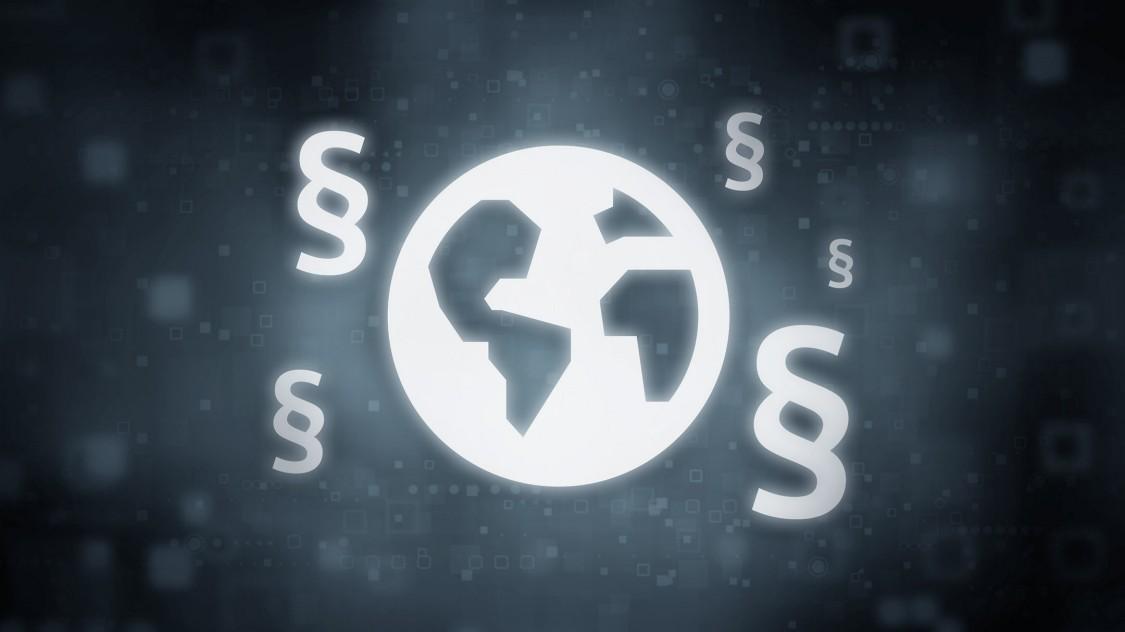 Ein dunkles, digitales Symbol zeigt eine Weltkugel mit Paragraphen darum