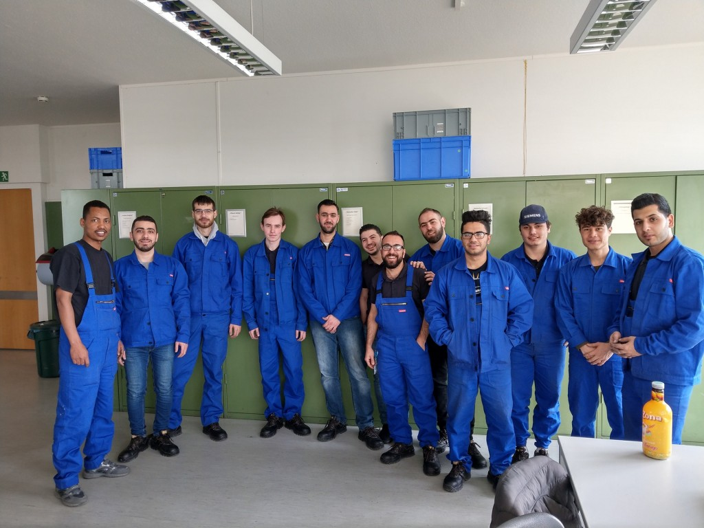 Teilnehmer des Förderprogramm Leipzig zusammen mit Azubis auf einem Gruppenbild