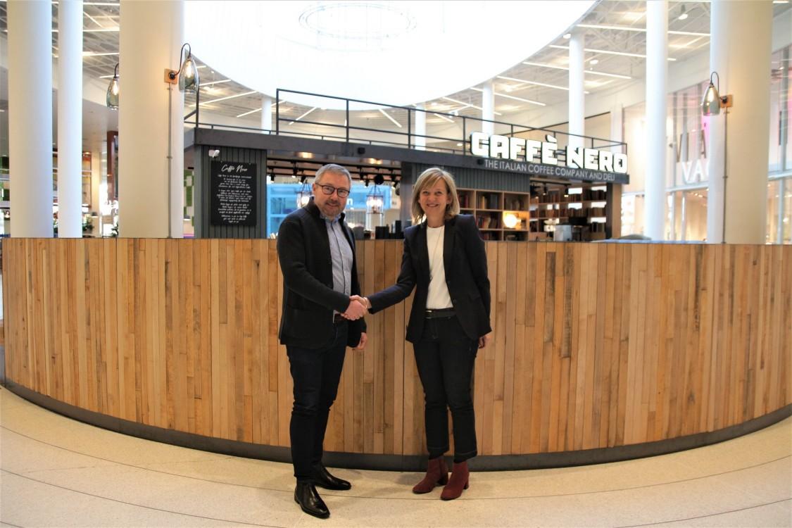 Karin Jarl Månsson, chef för Smart Infrastructures accelerator i Norden, tillsammans med Fredrik Arvidsson, teknisk chef på Väla köpcentrum.