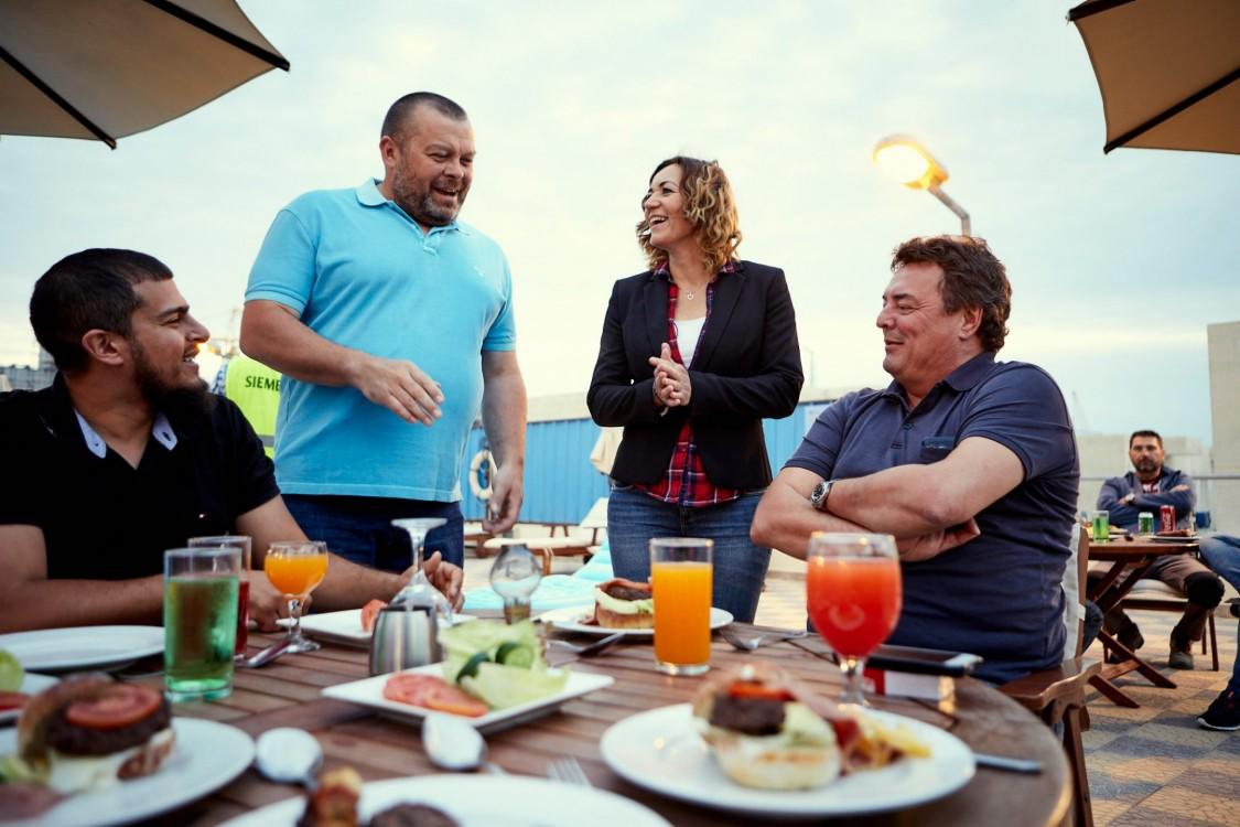Mai-Britt Soendberg und ihre Kollegen bei einem Barbecue im Pausenbereich des Kraftwerks Burullus.