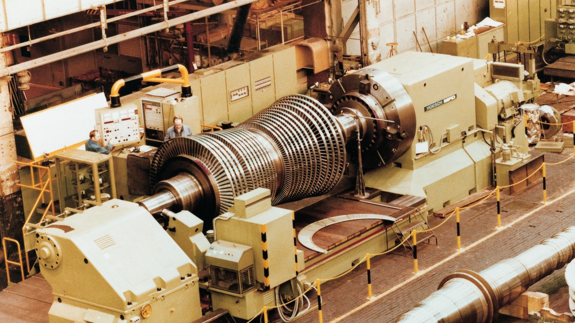 Steam turbine rotor on a lathe controlled by SINUMERIK, 1973