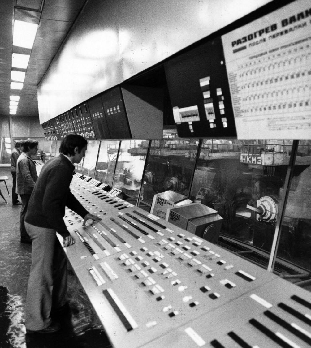 Alles automatisch – eine der weltweit größten Walzstraßen im Hüttenkombinat Tscherepowetz 400 Kilometer nördlich von Moskau wird von Siemens vollständig automatisiert, 1978