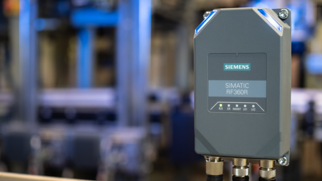 Neuer RFID-Reader SIMATIC RF360R im Einsatz neben einem Fördersystem