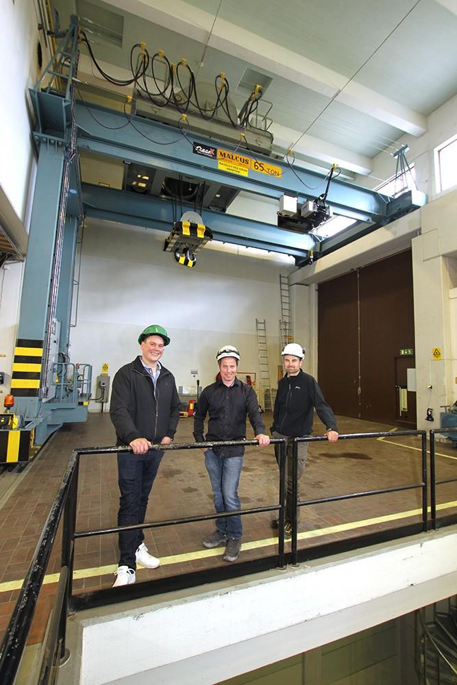 Traversen i Turinge vattenkraftverk i jämtländska Överturingen moderniserades av Cranex 2016. Nicklas Kårvall, försäljningsingenjör på Siemens, Johan Gustafsson, ägare och vd på Cranex, och Tomas Kristoffersson, anläggningsansvarig för tio av Unipers 35 kraftverk i norr och som har bra erfarenhet av Cranex från tidigare projekt gällande pris och erfarenhet.