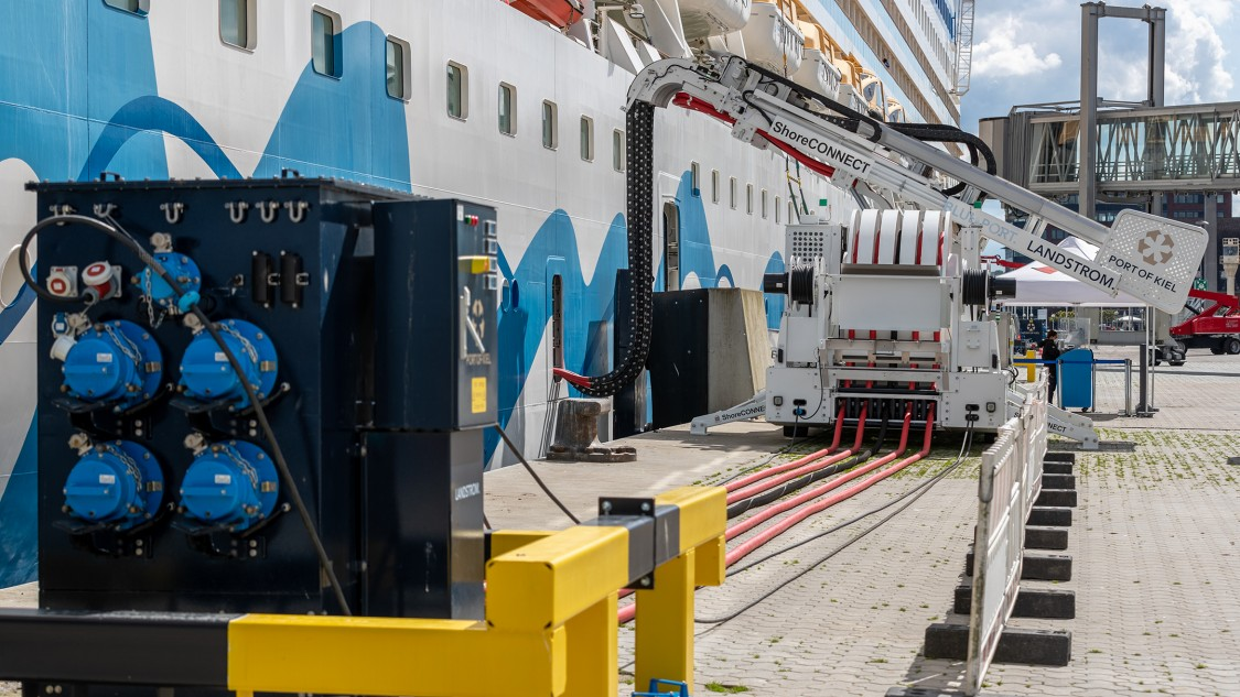 Für die Bordversorgung der Schiffe werden die passenden Spannungen mit der richtigen Frequenz bereitgestellt