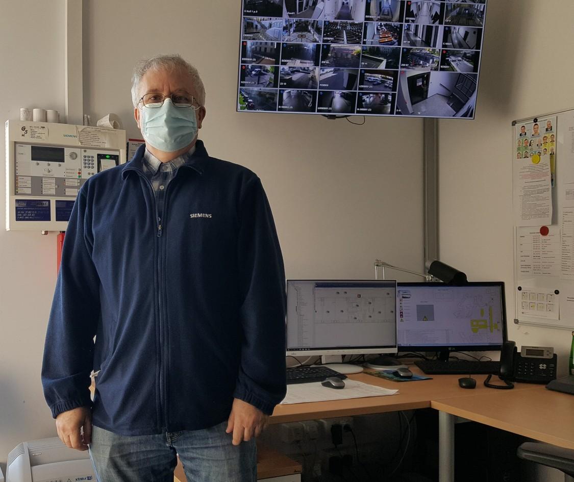 Grzegorz Błaszczyński, starszy specjalista ds. serwisu Siemensa dba o prawidłowe działanie systemów bezpieczeństwa w wielu ważnych budynkach użyteczności publicznej