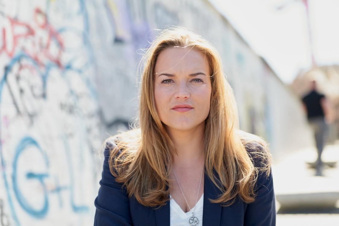 Siemens Energy blockchain expert Maria Rossbander in front of the Berlin Wall