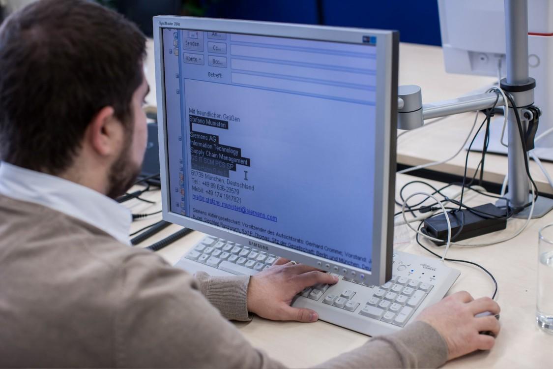 Stefano schreibt eine Email an seinem Computer