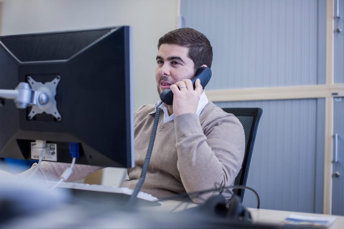 Stefano telefoniert an seinem Schreibtisch