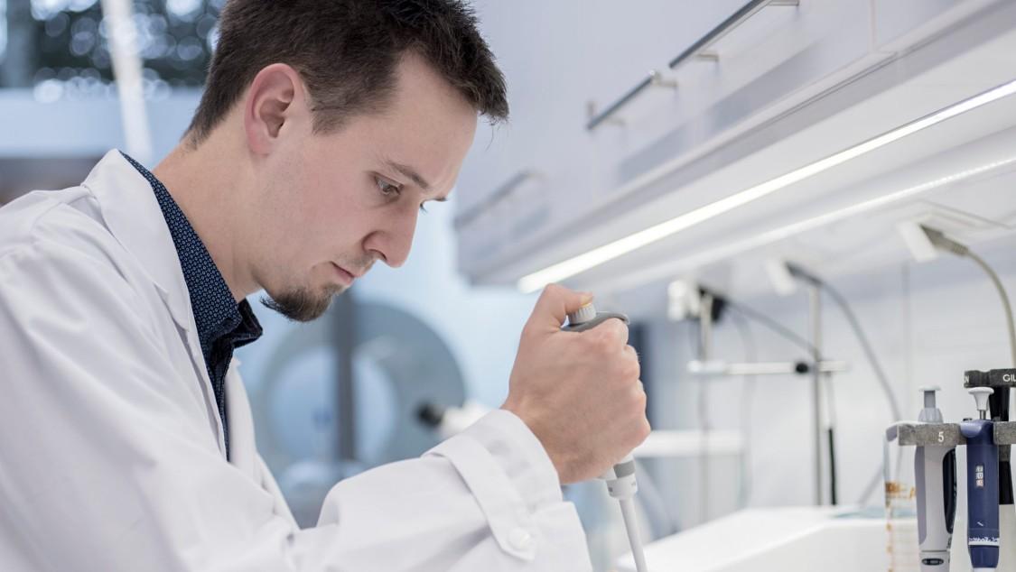 Siemens Mitarbeiter Johannes Scheiblauer kann Qualitätsprüfungen schon während des Prozessverlaufs vornehmen.
