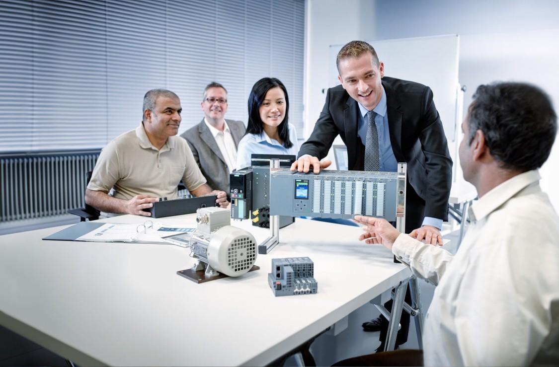 Formateur présentant du matériel technique devant un groupe
