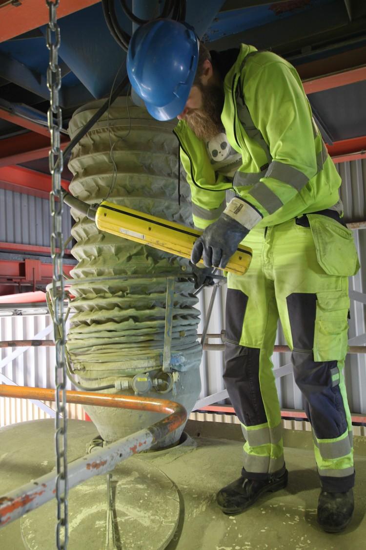 Lastbilschauffören Robin Lundqvist lastar cement från en obemannad depåanläggning. Förut fick han trycka på elva knappar för att starta motorer etc. och sedan när lastningen var klar stänga av på elva knappar. Nu sticker han bara i ett kort och så startas processen automatiskt.
