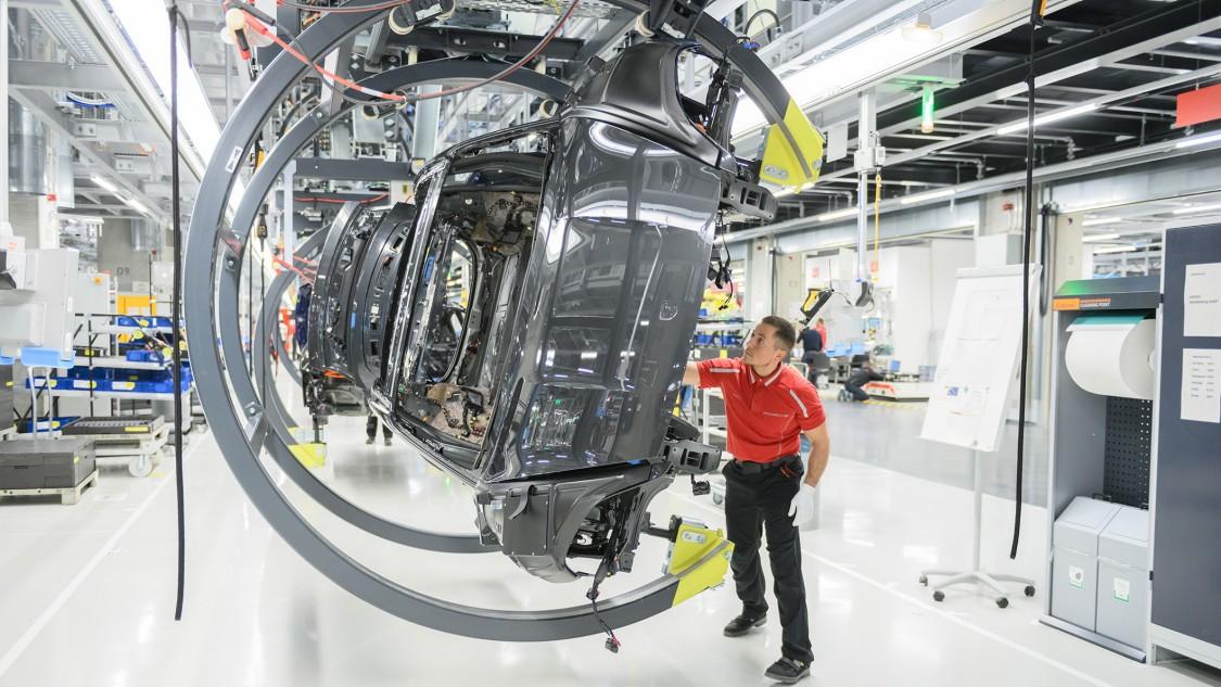 Dreh-Hub-Gehänge erlauben ergonomisches Arbeiten in der Taycan-Produktion