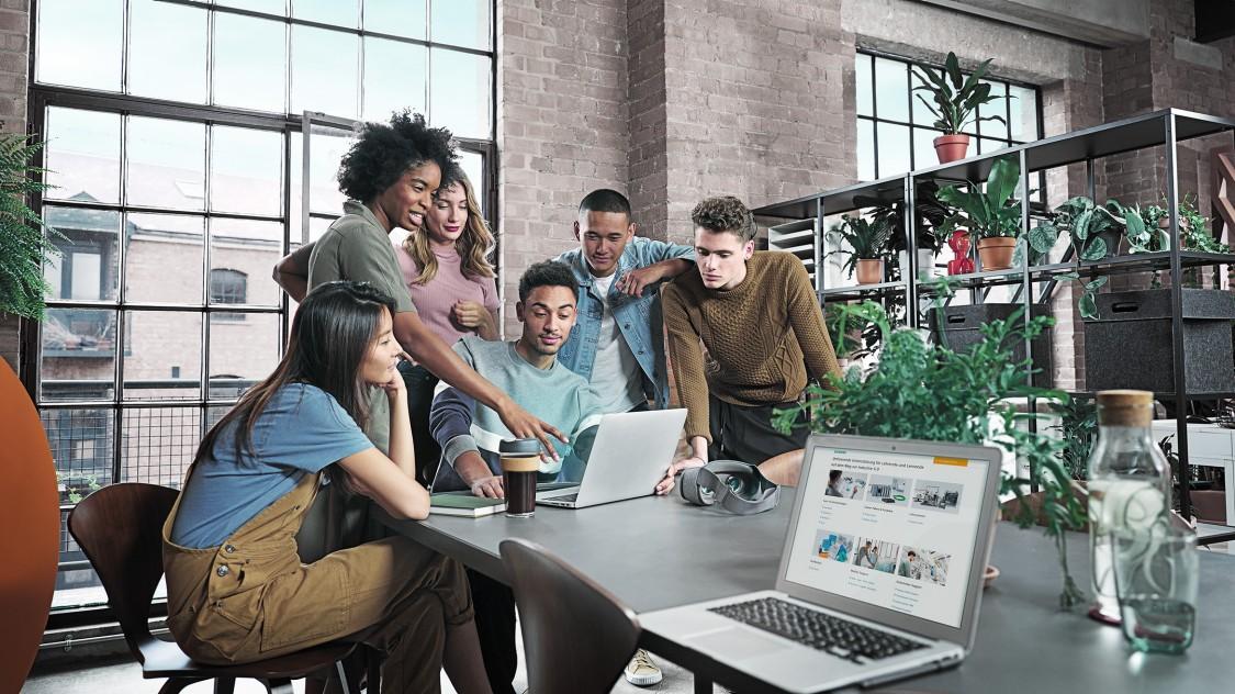 Eine diverse Gruppe von Schülern und Studenten arbeitet an einem Projekt