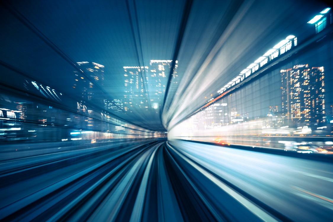 Train estompé en mouvement rapide en ville