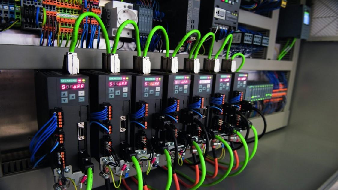 西门子SINAMICS V90伺服系统成为连接主站控制器和远程IO的桥梁。