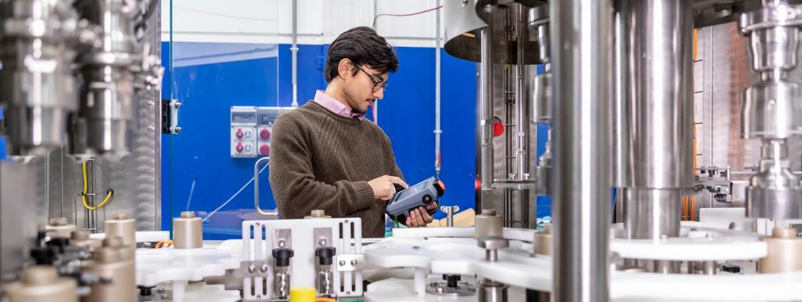 Die neue Rotationsabfüllmaschine garantiert es dem Bediener, dass er bei geöffnetem Schutzgehäuse sicher arbeiten kann
