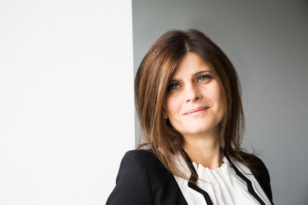 Przedstawiona na zdjęciu kobieta to Daniela Armano-Wallner., obecna CFO Siemensa w Polsce