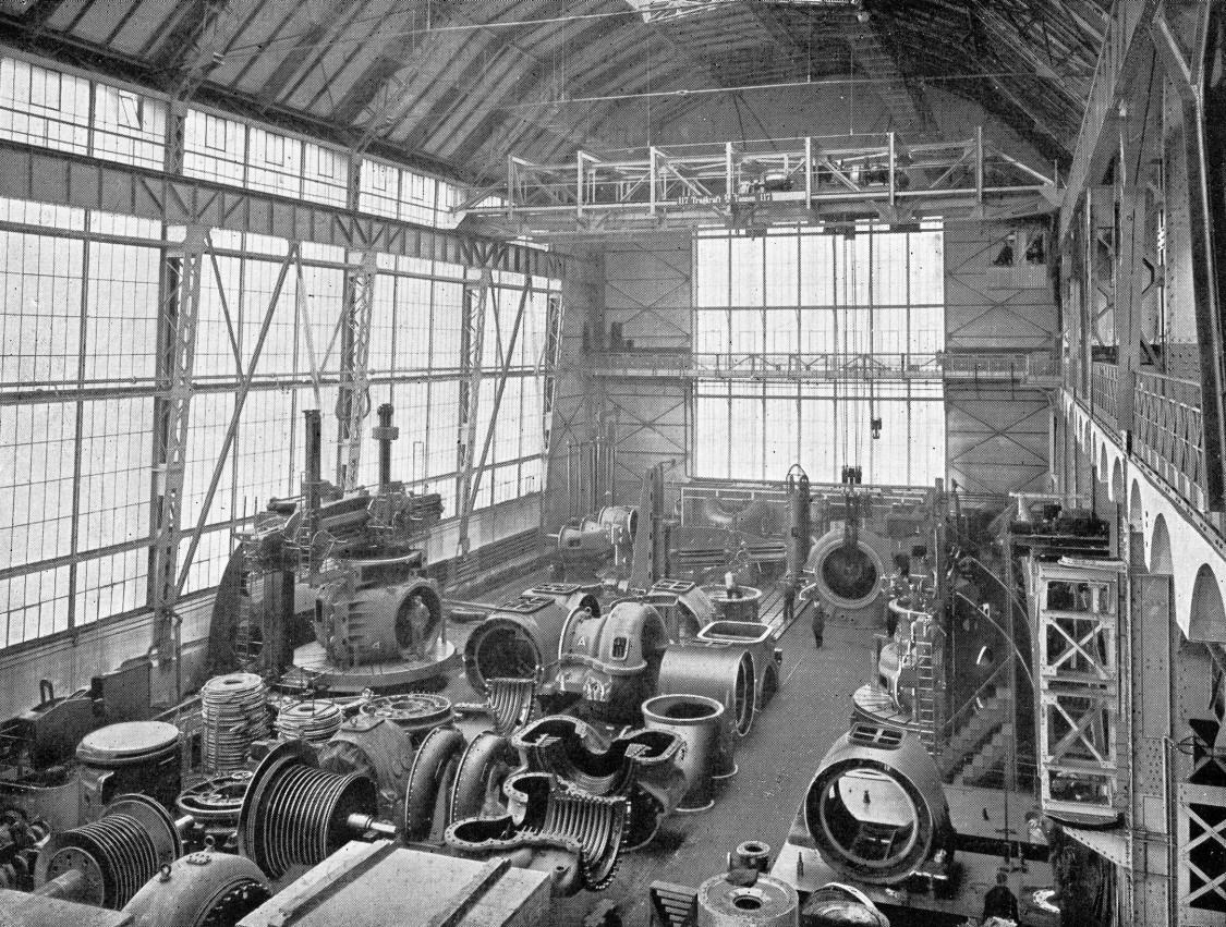 Deckenkräne in luftiger Höhe, Schwenkkräne an den eisernen Bindern – beste Voraussetzungen für die Montage von Dampfturbinen und Turbogeneratoren, 1914