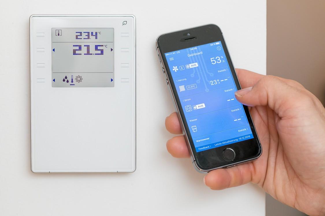 Smartphone mit Smart-Home-ControlApp und Raumbediengerät