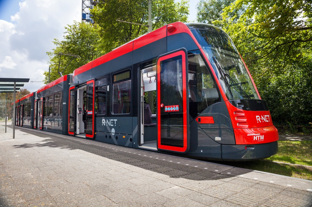 Avenio tram commences passenger service in The Hague