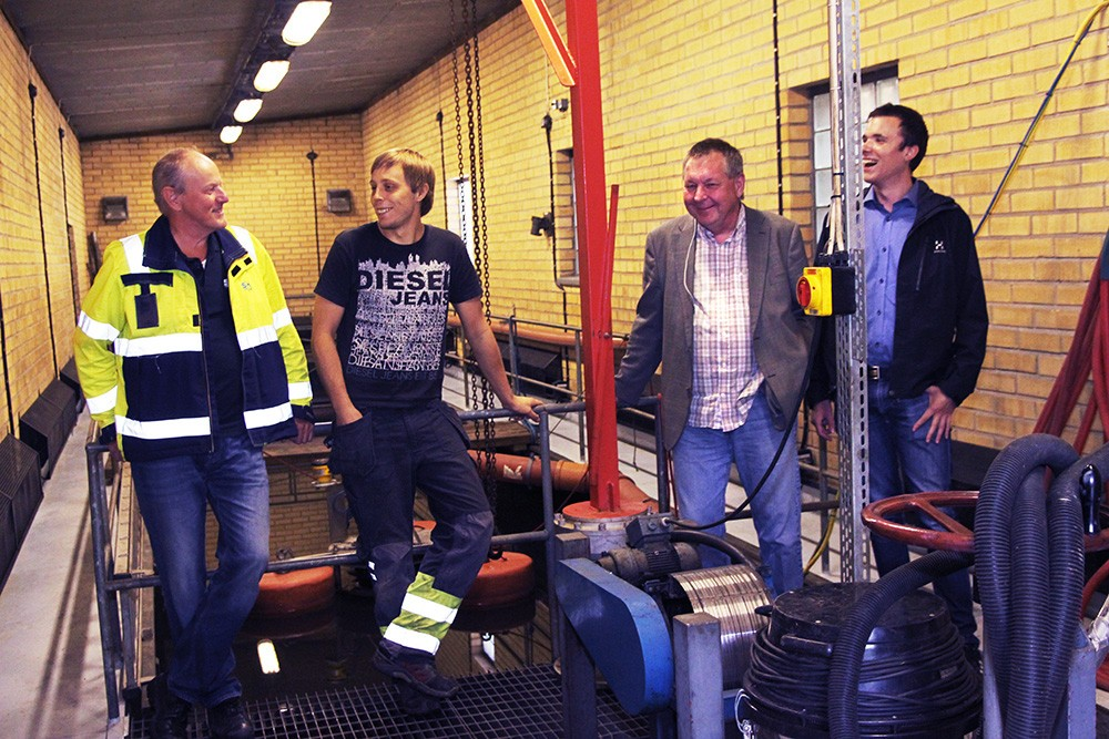 Mikael Glantz, energihamnschef, och Niklas Lundkvist, projektansvarig för OFA-utbyggnaden på Stockholms Hamn, med TKIG:s Tage Strandberg, grundare och projektledare, och Erik Eilemar, automationsingenjör.
